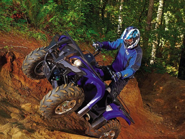 Квадроцикл Yamaha Grizzly 700 на заболоченном участке