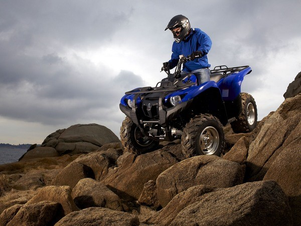 Квадроцикл Yamaha Grizzly 700 на каменистой осыпе